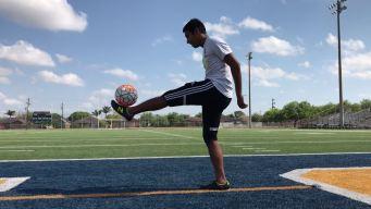 Joven se entrega con pasión para jugar al fútbol