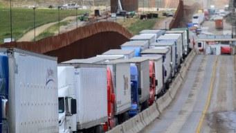 Frontera sur colapsada: caos de migrantes y camiones
