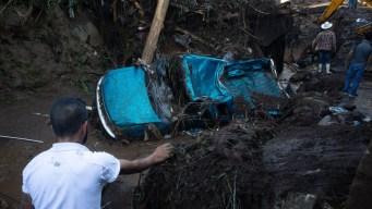 Corrientes mortales arrastran autos y caimanes