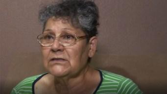 Mujer ayuda a residentes damnificados por inundaciones