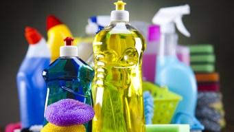 Donan productos de limpieza a afectados por inundaciones