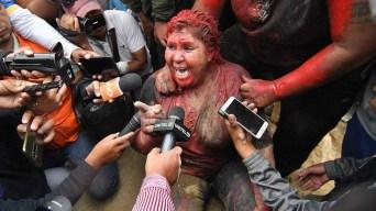 Pintan, trasquilan y arrastran por la calle a alcaldesa