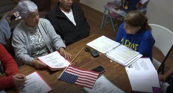 Ayudan a adultos mayores a convertirse en ciudadanos