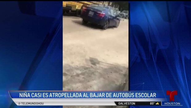 [TLMD - Houston] Captado en cámara: Conductor casi atropella niña