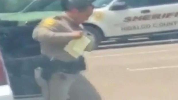 [TLMD - McAllen] Captan en cámara a oficial bailando pegajosa canción