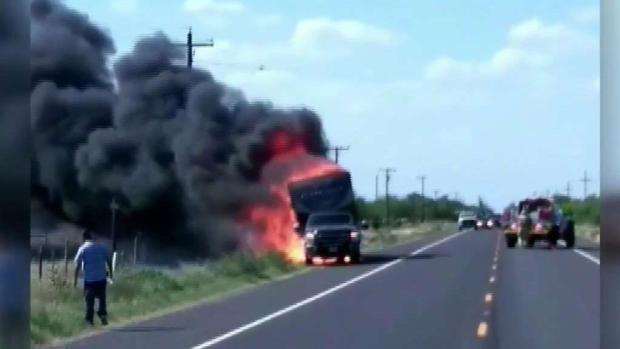 [TLMD - McAllen] Casa móvil se incendia en plena carretera