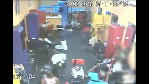 [TLMD - Houston] Increíble: Entran a robar peluquería y dueño los saca a escobazos