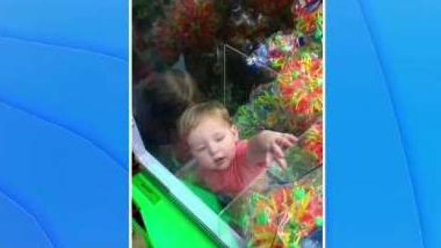 [TLMD - LV] Niño queda atrapado dentro de maquina de muñecos