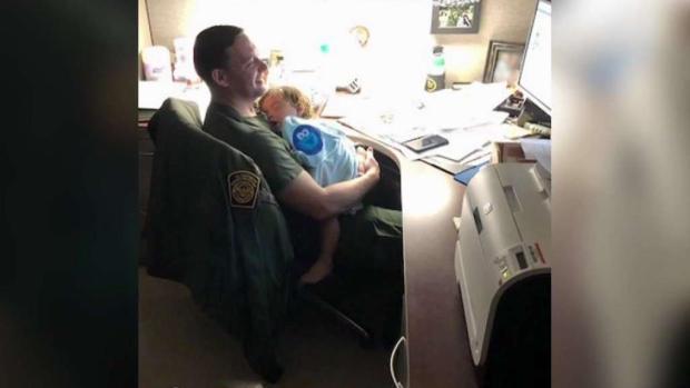 [TLMD - SA] Oficiales fronterizos cuidan a bebé de madre migrante