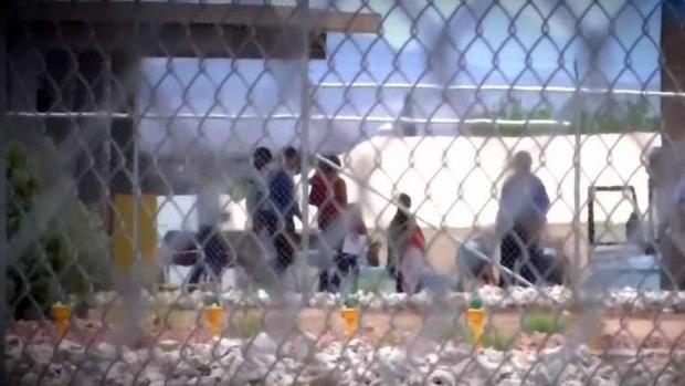 [TLMD - McAllen] Políticos visitan campamento de inmigrantes