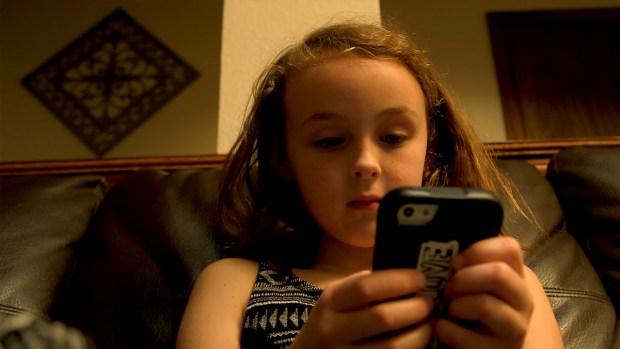 Niños pasan mas tiempo usando dispositivos electrónicos