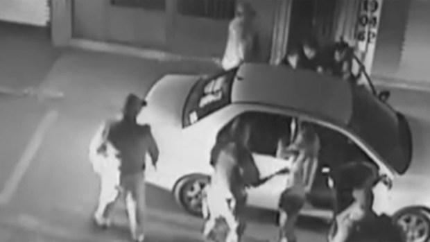 Captado en cámara: policias patean en el piso a conductor