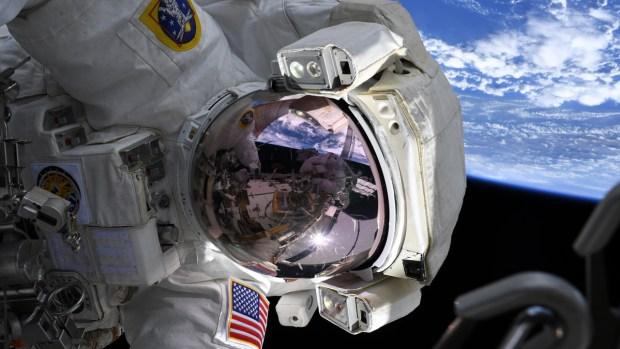 Histórico: mujeres caminan en el espacio a 17,000 millas por hora