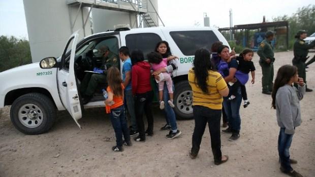Video: Abre nuevo centro para migrantes en TX