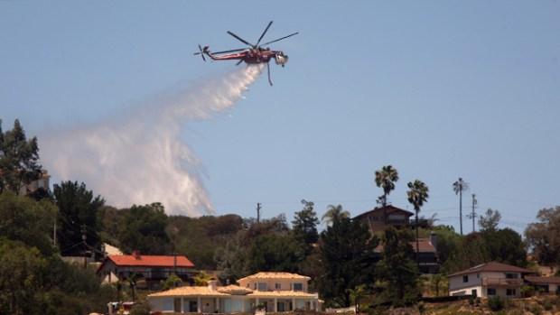 Video: Controlan llamas en el sur de California