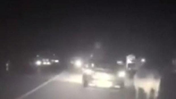 [TLMD - Houston] El mundo al revés: vaca persigue a policía durante parada de tráfico