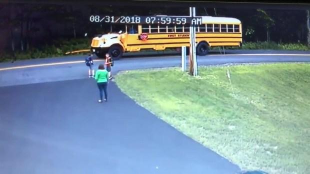 [TLMD - LV] Captan momento en que auto casi atropella a niño