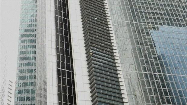 """[TLMD - LV] """"Spiderman francés"""" escala rascacielos en Filipinas"""