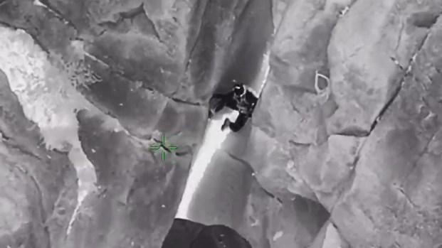 [TLMD - AZ] En video: cae al vacío, pero su instinto de supervivencia lo salva