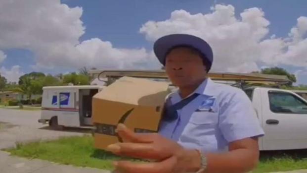 [TLMD - MIA] Captado en cámara trabajadora de USPS tirando paquetes en casa