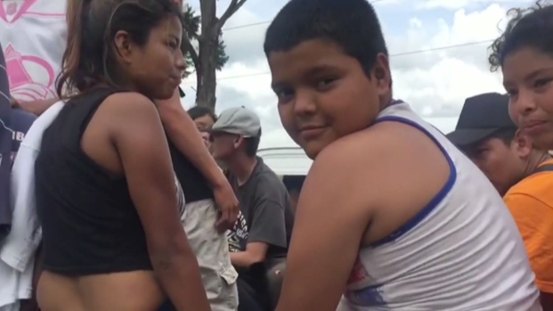 """Niño """"símbolo"""" de la caravana es deportado a Honduras"""