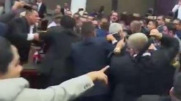 En video: estalla el caos con puñetazos y cohetes en sesión legislativa