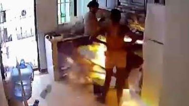 En cámara: brutal explosión de una cocina mientras preparaban comida