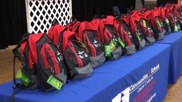 Entregan mochilas a 50 alumnos en San Benito
