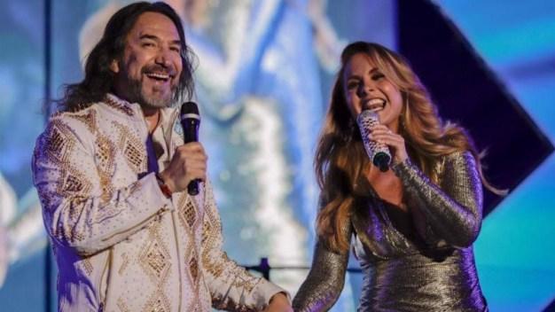 Marco Antonio Solís y Lucero bailan pegaditos en concierto
