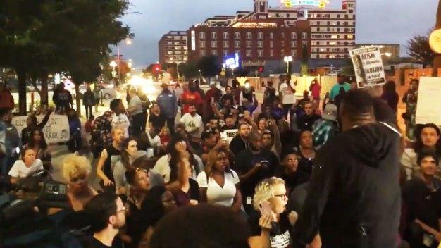Marchan en Dallas para pedir justicia por muerte de joven