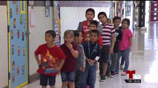 Telemundo 40 entrega mochilas y útiles escolares a primaria en Mission