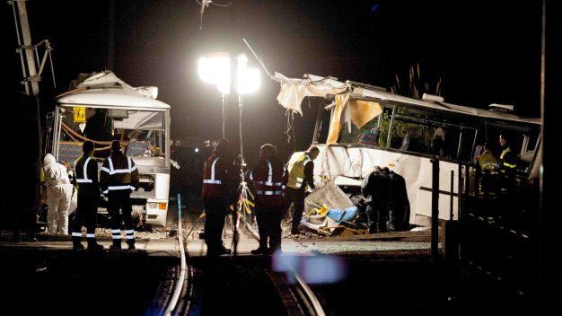 Varios niños muertos tras choque entre autobús y tren
