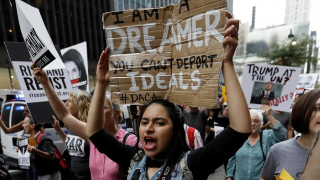 """""""Soñadores"""" y beneficiarios de TPS presionan al Congreso"""