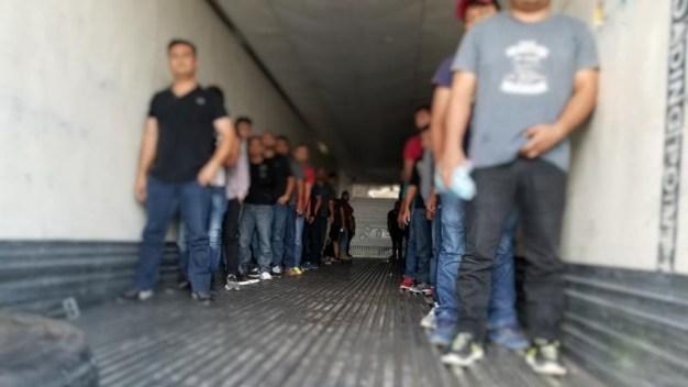 62 indocumentados son hallados en tráiler en Laredo