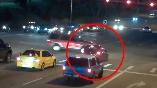 Maniobra descarada: conductor se pasa la luz roja y todo queda en video