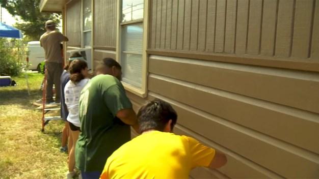 Donan de su tiempo para pintar la casa de un residente