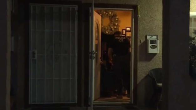 Qué hacer si agentes de ICE tocan a su puerta