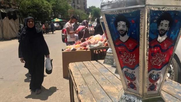 Faroles con el rostro de Salah iluminan el Ramadán
