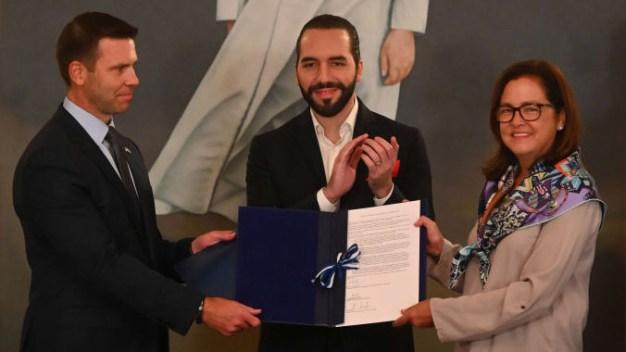 EEUU y El Salvador firman acuerdo de asilo migratorio
