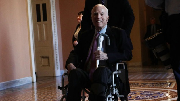 Senador McCain regresaría a Washington en enero