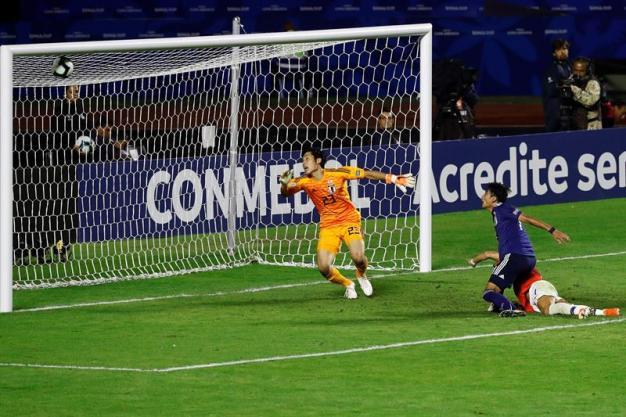Alexis Sanchez marca de cabezazo el tercero de Chile