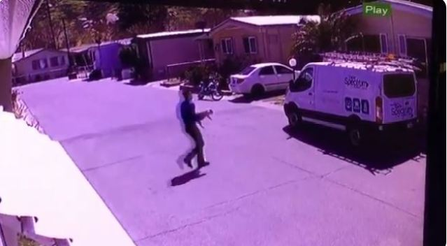 En cámara: presunto empleado del cable se roba un perrito