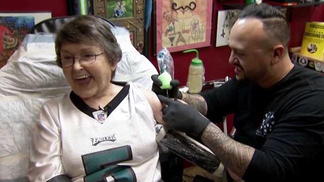 Abuela pierde apuesta y ahora es dueña de un tatuaje