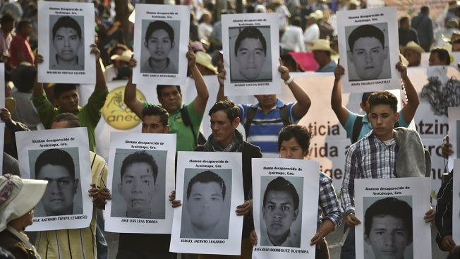 México: Padres de normalistas exigen respuestas
