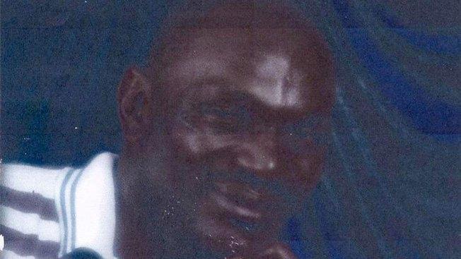 Cadáver de hombre negro colgando de un árbol