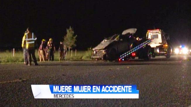Mujer muere al volcarse su auto en Mercedes