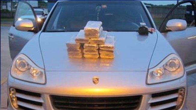 Hallan $1.7 millones en cocaína dentro de un Porshe