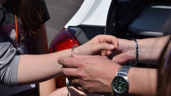 Arrestan mujer con niños indocumentados