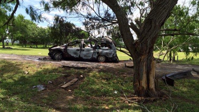 Auto se incendia al chocar contra árbol