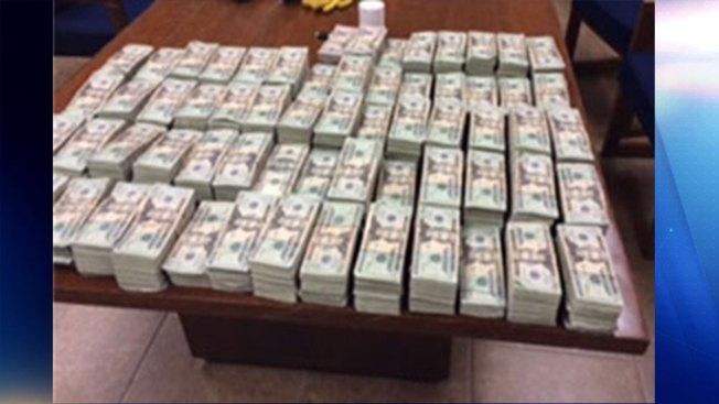 Encuentran más de $600,000 en carro